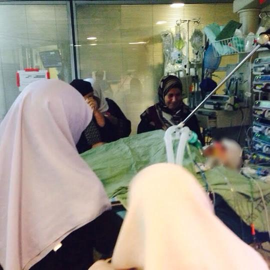 נשות ממשפחתה של ריהאם סביב למיטתה בבית החולים (סמאח סלאימה)