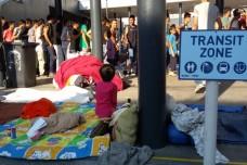 """אלפי פליטים בתחנת הרכבת בהונגריה: """"לא יודעים לאן ללכת"""""""