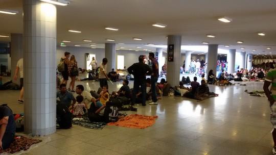 כל משפחה מסמנת את המרחב שלה באמצעות שמיכה. מבקשי מקלט בתחנת הרכבת בבודפשט (שחר שוהם)