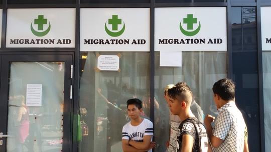 """אזרחים הונגרים התארגנו לסייע למבקשי המקלט באופן עצמאי במסגרת קבוצת  """"סיוע למהגרים"""" (שחר שוהם)"""