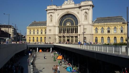 מבקשי מקלט מרחבי העולם במפלס התחתון של תחנת הרכבת המרכזית בבודפשט, הונגריה (שחר שוהם)