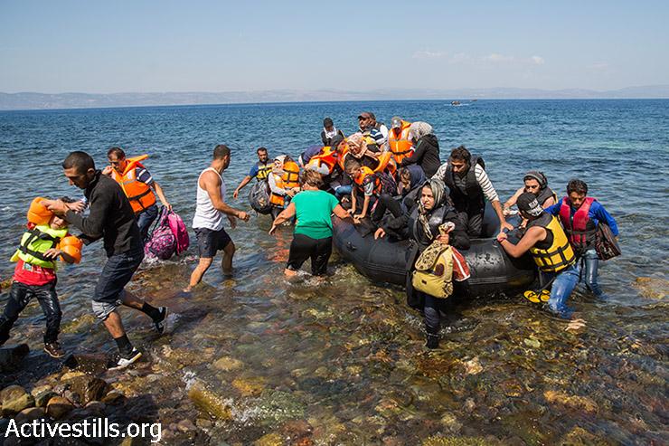 פליטים יורדים מסירת גומי בהגיעם לחוף אפתלו בצפון האי היווני לסבוס, לאחר שחצו את הים האגאי מטורקיה. 11 בספטמבר 2015. האי לסבוס הוא שער הכניסה והתחנה הראשונה בארץ אירופאית במסעם הארוך של הפליטים לצפון ולמערב אירופה. (יותם רונן/אקטיבסטילס)