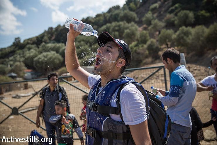 פליט לאחר הגעתו לחוף אפתלו בצפון האי היווני לסבוס, יוון, 11 בספטמבר 2015.  (יותם רונן/אקטיבסטילס)