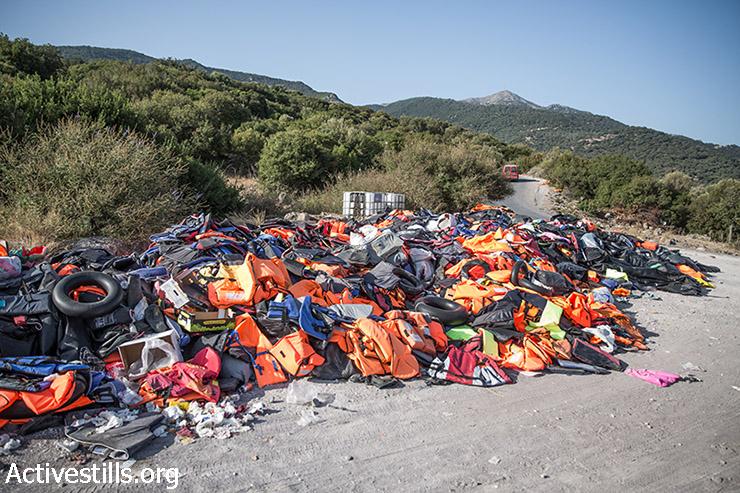 ערימת מעילי הצלה שהשאירה חבורת פליטים שחצו את הים האגאי בסירת גומי מטורקיה זרוקה בחוף אפתלו בצפון האי היווני לסבוס, 11 בספטמבר  2015.  (יותם רונן/אקטיבסטילס)