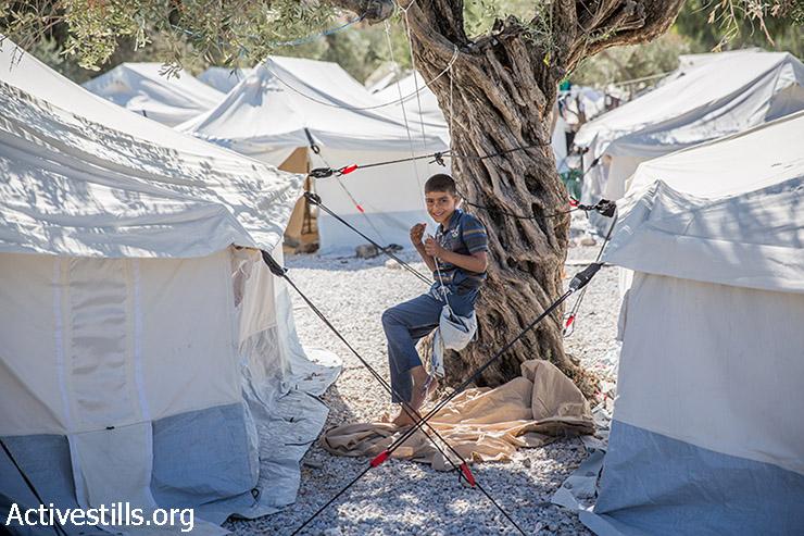 ילד יושב במחנה ההגעה לפליטים במיטילנה, בירת האי היווני לסבוס, ב-12 בספטמבר 2015. (יותם רונן/אקטיבסטילס)