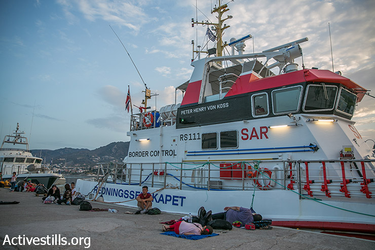 פליטים שוכבים ליד מעבורת בנמל מיטילנה, בירת האי היווני לסבוס, 10 בספטמבר 2015. (יותם רונן/אקטיבסטילס)