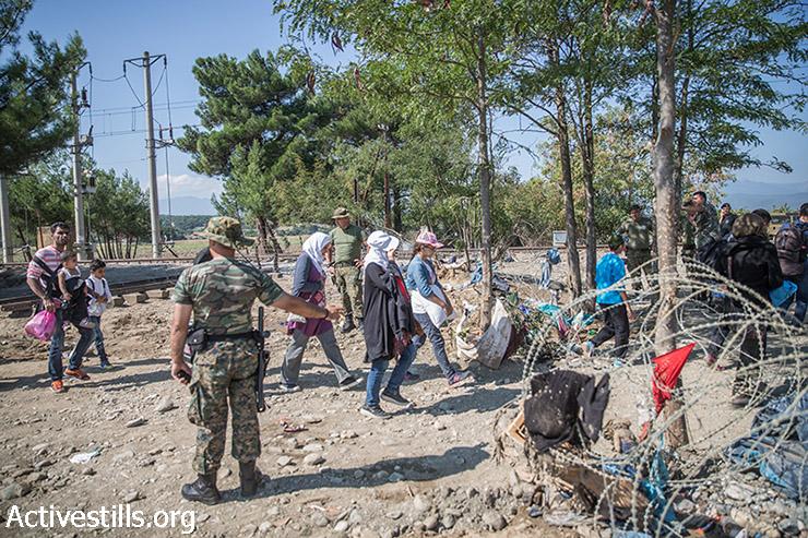 פליטים חוצים את גבול יוון-מקדוניה ליד הכפר אידומני, בצפון יוון, ב -13 בספטמבר 2015. אלפי פליטים, רבים מהם מסוריה חוצים את מקדוניה כל יום במסעם למערב וצפון אירופה. (יותם רונן/אקטיבסטילס)