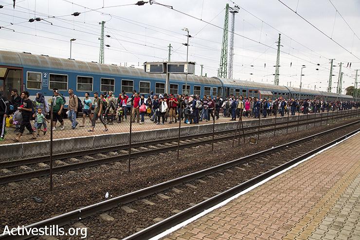 פליטים, רובם מסוריה ואפגניסטן, יורדים מהרכבת בעיירת הגבול ההונגרית הגשלום, 14 בספטמבר 2015. הונגריה, שאליה אלפי פליטים חצו מסרביה, החלה לרוקן את המחנות שהקימה לאורך הגבול ולהסיע פליטים עם רכבות לכיוון הגבול עם אוסטריה. (קרן מנור/אקטיבסטילס)