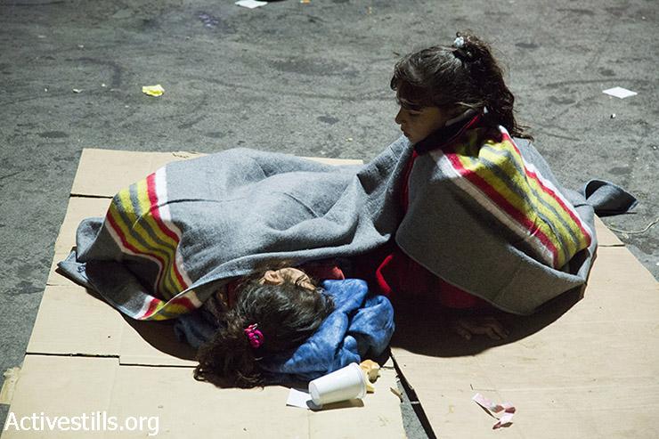 ילדות פליטים נחות במחנה המעבר בגבול אוסטריה, 14 בספומבר 2015. (קרן מנור/אקטיבסטילס)
