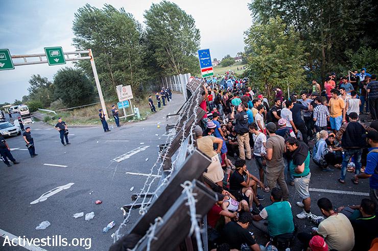 פליטים מוחים בצד הסרבי של גבול סרביה-הונגריה על סגירת הגבול ההונגרי, 15 בספטמבר 2015. (יותם רונן/אקטיבסטילס)