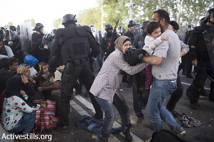 שוטרים הונגרים מפזרים פליטים המפגינים מול גבול סרביה-הונגריה הסגןר, 16 בספטמבר 2015. (אורן זיו/אקטיבסטילס)