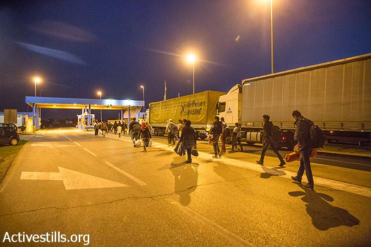פליטים חוצים את גבול סרביה-קרואטיה בשעות הבוקר המוקדמות של 17 בספטמבר, 2015. לאחר שהונגריה סגרה את גבולה, אלפי פליטים שינו את נתיב מסעם וחצו את הגבול מסרביה לקרואטיה, בדרכם למערב ולצפון אירופה. (יותם רונן/אקטיבסטילס)