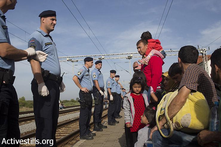 פליטים ממתינים בתחנת הרכבת בעיירה הקרואטית טוברניק, לאחר שחצו את הגבול מסרביה, 17 בספומבר 2015. (אורן זיו/אקטיבסטילס)