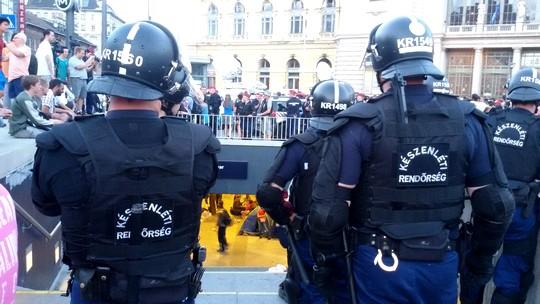 שוטרים רבים בכניסה לתחנת הרכבת המרכזית בבודפשט (צילום: שחר שוהם)