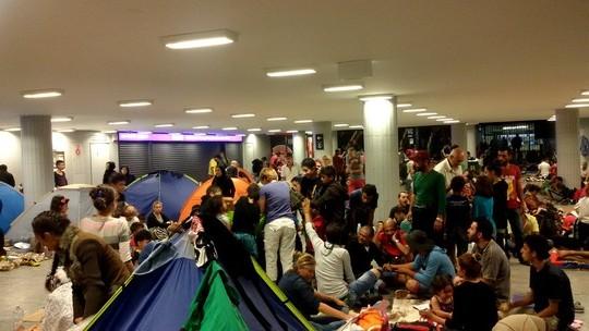 מתחת לאדמה נמצאים אלפי בני אדם המבקשים הגנה. מבקשי מקלט בתחנת הרכבת המרכזית בבודפשט (צילום: שחר שוהם)