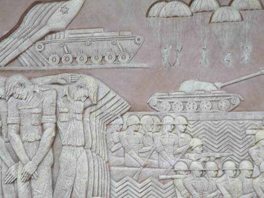 חיילים ציונים יפי בלורית מובסים לצד מצרים שחוצים את התעלה. חלק ממורשת נצחונות של מצרים. לוח במוזיאון (חגי מטר)