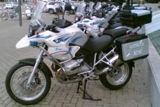 יומני האופנוע: שיחה מפתיעה עם שוטר בכניסה להתנחלות