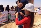 בין צלמי העיתונות, אחת ממשתתפות הסדנא מצלמת את ההפגנה באום אל-חיראן. צילום: מיכל רותם, 27.08.2015