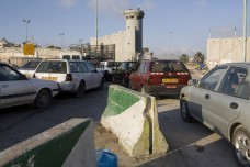 פקק תנועה במחסום קלנדיה, בכניסה לרמאללה (אקטיבסטילס)