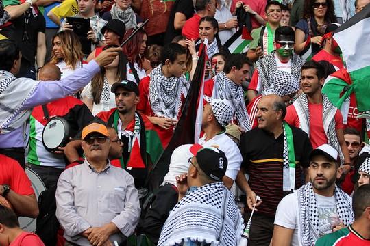אוהדי נבחרת פלסטין במהלך משחקי גביע אסיה במלבורן (צילום: Nasya Bahfen פליקר  CC BY-ND 2.0)