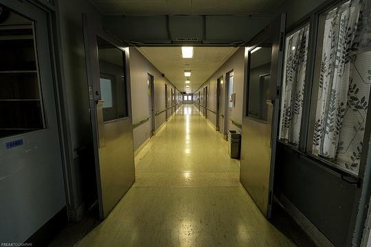 """""""אתם בעלי זכויות כאזרחי מדינת ישראל כל עוד לא עברתם את סף המחלקה הסגורה"""". בית חולים פסיכיאטרי. אילוסטרציה. (צילום: Freaktography, פליקר CC BY-NC-ND 2.0)"""