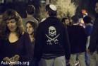 צעיר בחולצת תג מחיר בזמן הפגנה נגד אלימות בירושלים. 10 באוקטובר 2015. (קרן מנור/אקטיבסטילס)