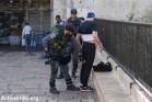 שוטר עורך חיפוש על גופו של צעיר פלסטיני בכניסה לעיר העתיקה בירושלים. 18 באוקטובר 2015. (יותם רונן/אקטיבסטילס)