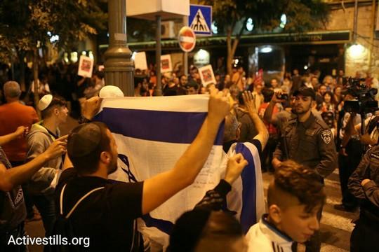 פעילי ימין מפגינים נגד אלפי מפגיני שמאל בירושלים.  17 באוקטובר 2015. (אורן זיו/אקטיבסטילס)