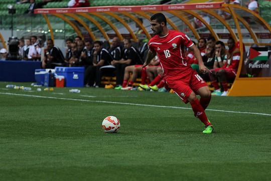 שחקן נבחרת פלסטין בכדורגל במהלך גביע אסיה (צילום: Nasya Bahfen פליקר  CC BY-ND 2.0)