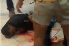 הלינץ' שעושים עוברי אורח בפליט מאריתריאה שנחשד כי היה מעורב באירוע הירי בתחנה המרכזית בבאר שבע. צילום מסך