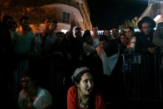 """פעילי """"מדברים בכיכר"""" מוקפים בגדרות משטרה לאחר שהותקפו על ידי אנשי ימין בכיכר ציון בירושלים. מדברים בכיכר ניסו לקיים אירוע אבל אלטרנטיבי בעקבות האלימות הקשה בעיר"""
