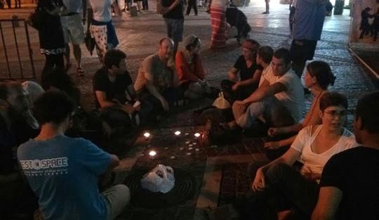 """פעילי """"מדברים בכיכר"""" מדליקים נרות נשמה ושרים שירי נחמה ותפילות, לפני תחילת המהומה"""