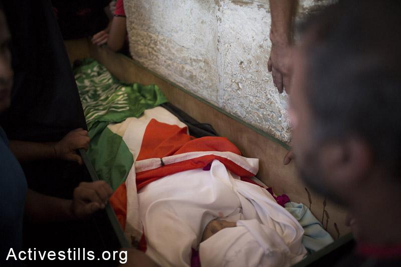 גופתו של מוחמד סנוקרוט מונחת לפני מסע הלוויתו, מזרח ירושלים, ה-8 לספטמבר, 2014. (אורן זיו/אקטיבסטילס)