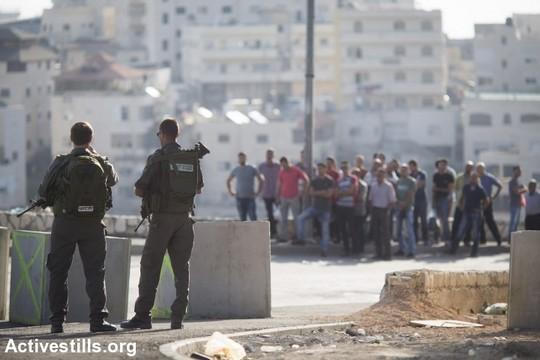 בטונדות בכניסה לשכונת עיסאוויה בירושלים המזרחית. 15 באוקטובר 2015 (אורן זיו/אקטיבסטילס)