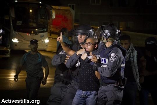 שוטרים עוצרים מפגין במהלך הפגנה בנצרת, 8 באוקטובר 2015 (פאיז אבו-רמלה)