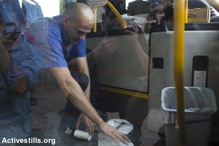 נהג מנקה את הדם באוטובוס שהותקף על ידי ילדים פלסטינים בפסגת זאב (אורן זיו / אקטיבסטילס)