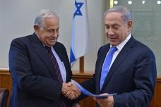 """ד''ר יוסף צ'חנובר מגיש לראש הממשלה את הדו''ח. צילום: קובי גדעון, לע""""מ"""