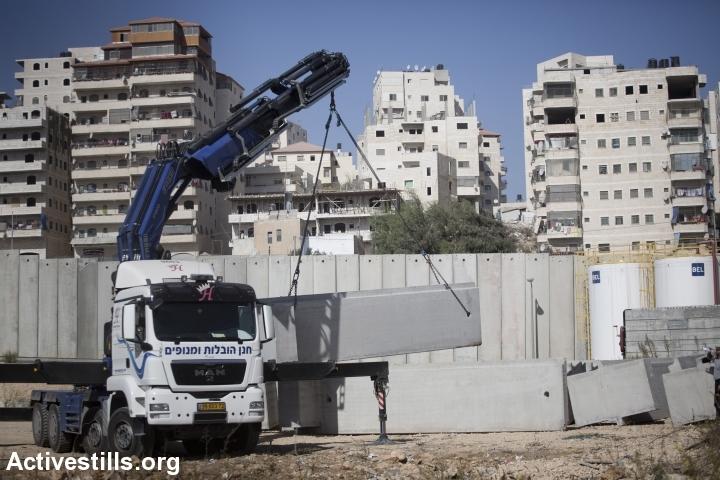 הקמת חומת ההפרדה באזור שועפט, מזרח ירושלים, 2013 (אורן זיו / אקטיבסטילס)