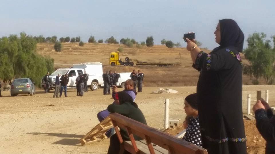 תושבי אלערקיב מצלמים את הבולדוזרים מחריבים את מגוריהם. מה עוד יעשו.  צילום: עזיז אלטורי