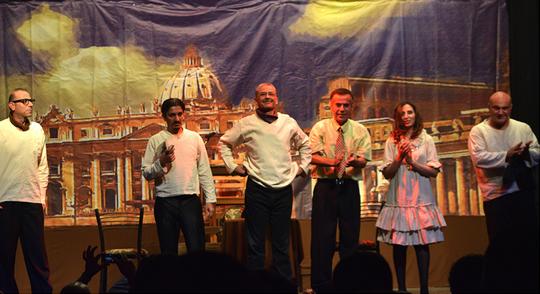 צוות השחקנים על הבמה בעזה (צילום: מוחמד סרסור)