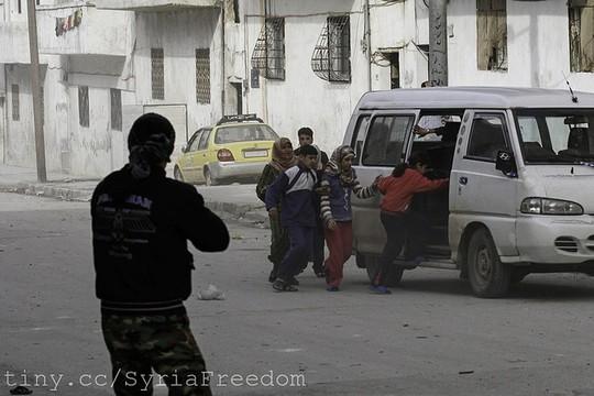 אזרחים בורחים בזמן קרבות בין כוחות אסד לבין צבא סוריה החופשי, אידליב, 2012 (Freedom House CC BY 2.0)