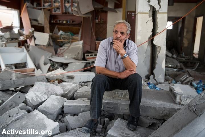 אביו של רסאן אבו-ג'מאל, שביצע את הפיגוע בבית הכנסת בהר נוף, יושב על הריסות ביתו בג'בל מוכבר, מזרח ירושלים (יותם רונן / אקטיבסטילס)