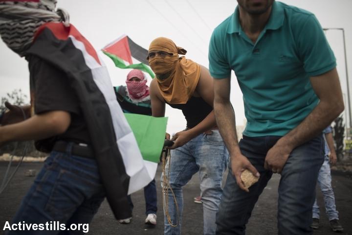פלסטינים בעימותים עם הצבא במחסום ליד בית אל (אורן זיו / אקטיבסטילס)