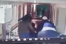 """לוחמי ימ""""מ מחופשים ליולדת ומלווים בבית חולים אלאהלי בחברון (צילום מסך)"""
