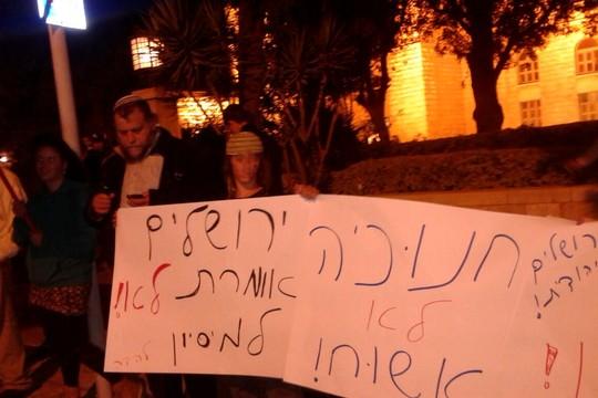 """למה הם מוכנים לשכב על הגדר בשבילו? בנצי גופשטיין ונעריו מפגינים נגד אירוע קישוט עץ אשוח של ילדים יהודים וערבים בימק""""א ירושלים (אורלי נוי)"""