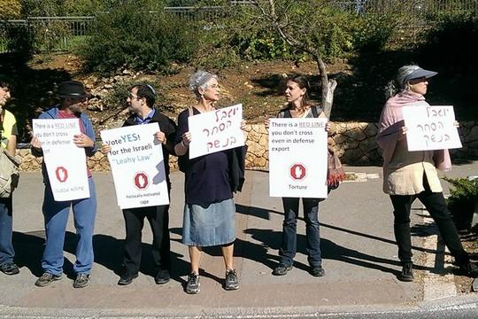 משמרת מחאה מול הכנסת לתמיכה בהצעת התיקון לחוק הייצוא הביטחוני (גיא בוטביה)