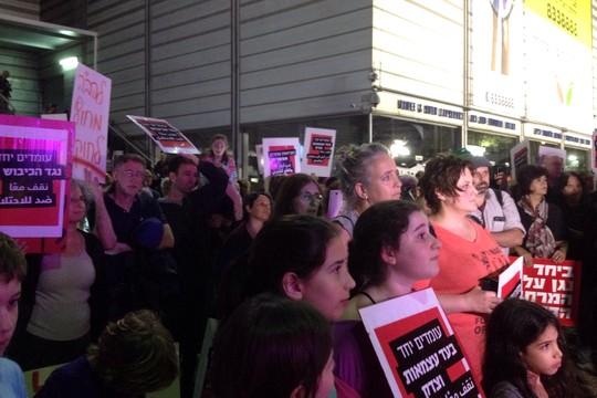 """""""עומדים ביחד"""". מאות יהודים וערבים הפגינו ביום ראשון בחיפה (צילום: מירב בן-נון)"""