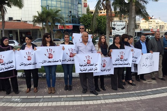מאות הפגינו נגד רצח נשים בכיכר עיריית טירה (צילום באדיבות הרשימה המשותפת)