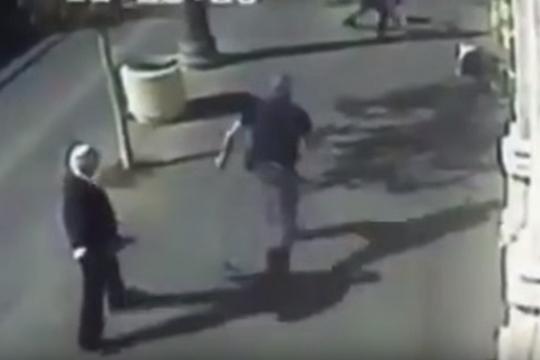 הנערה שוכבת, הגבר עומד לירות בה. רחוב יפו, ירושלים (צילום מסך)