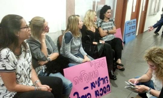 שביתת הסגל המנהלי במרכז האקדמי למשפט ועסקים ברמת גן. (צילום: כוח לעובדים)